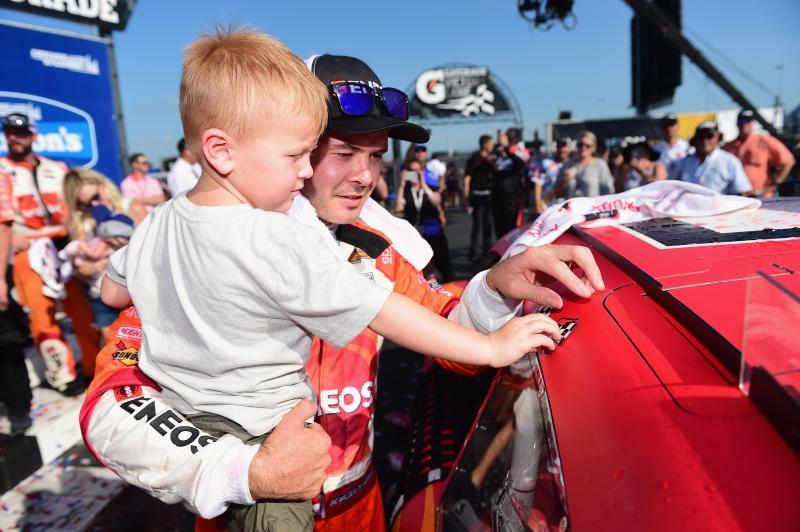 775183648JC00076_NASCAR_Xfi